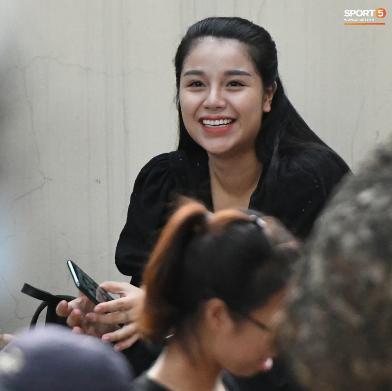 """Bạn gái Hà Đức Chinh đến sân cổ vũ trận Viettel gặp Đà Nẵng: Nhan sắc """"không giống hình đăng Face"""" - Ảnh 6."""