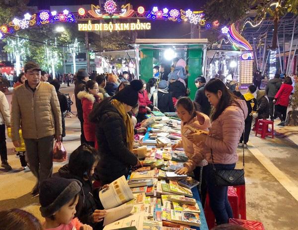 Cao Bằng: Tiếp tục duy trì tổ chức phục vụ độc giả bằng Xe thư viện lưu động vào buổi tối tại Phố đi bộ Kim Đồng - Ảnh 1.