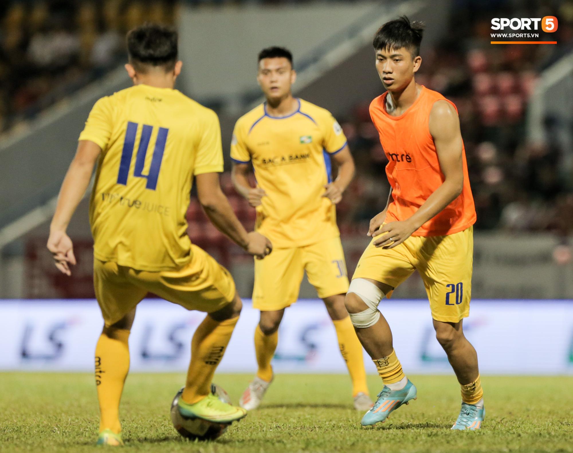 Phan Văn Đức lấy vội điện thoại để xem điều này sau trận thứ 6 không thắng tại V.League 2020 - Ảnh 4.