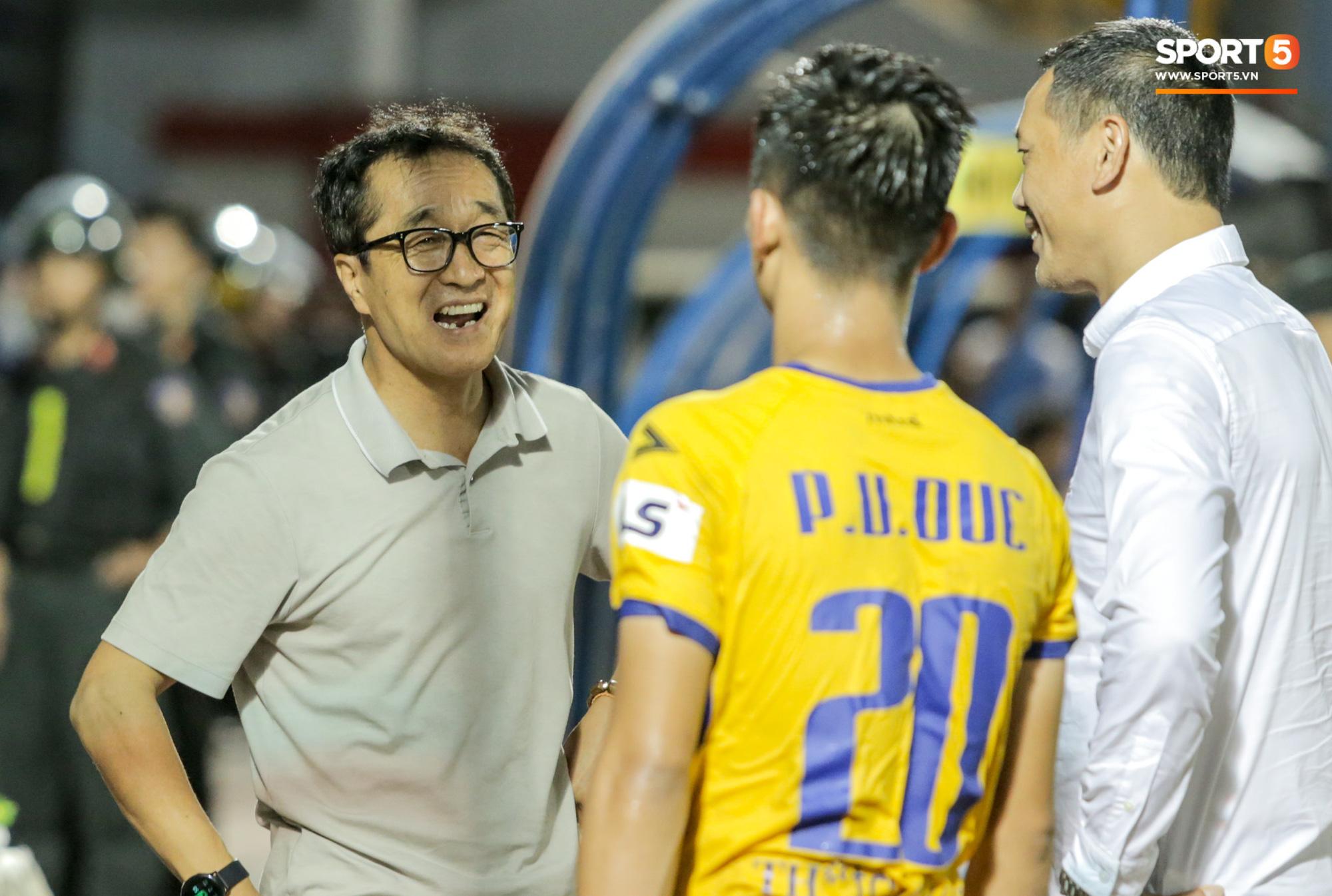 Phan Văn Đức lấy vội điện thoại để xem điều này sau trận thứ 6 không thắng tại V.League 2020 - Ảnh 7.