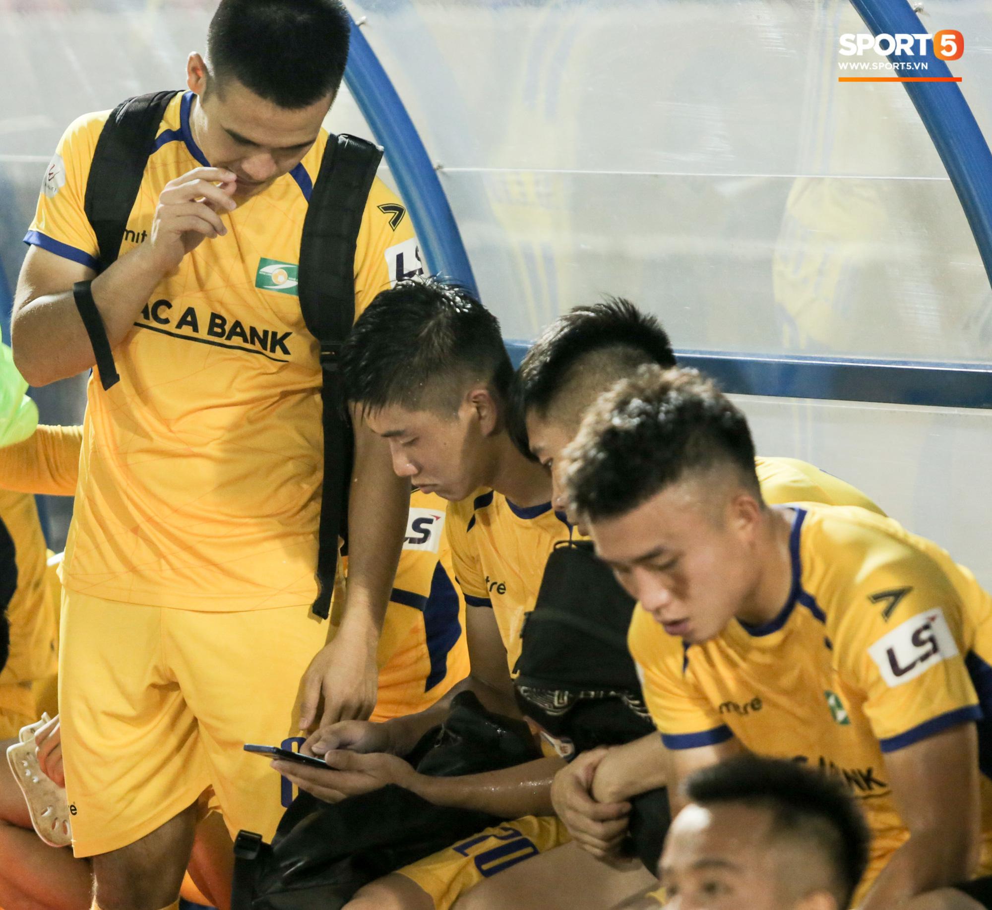 Phan Văn Đức lấy vội điện thoại để xem điều này sau trận thứ 6 không thắng tại V.League 2020 - Ảnh 2.