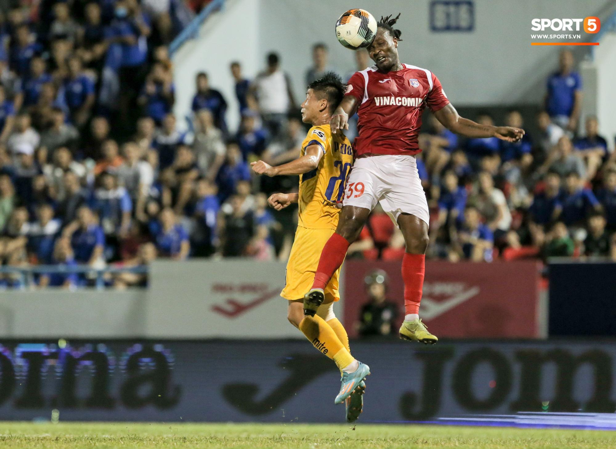 Phan Văn Đức lấy vội điện thoại để xem điều này sau trận thứ 6 không thắng tại V.League 2020 - Ảnh 6.