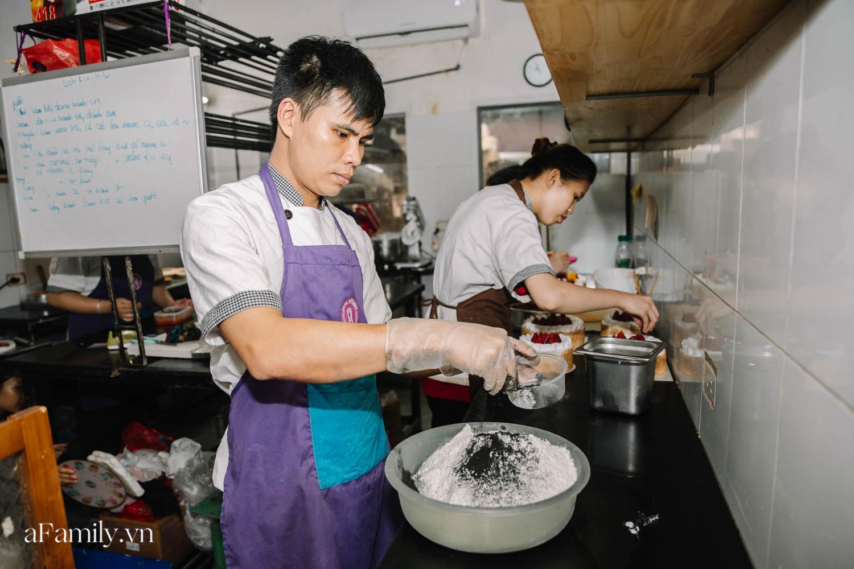 """Bánh mì đen đang """"gây bão"""" bất ngờ xuất hiện tại Hà Nội, hút khách đến độ mới mẻ đầu tiên đã hết bay trong vài giờ mở bán - Ảnh 2."""