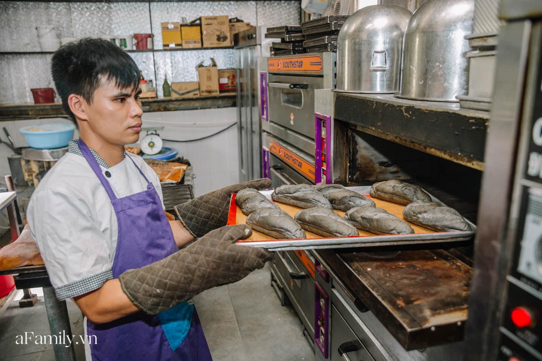 """Bánh mì đen đang """"gây bão"""" bất ngờ xuất hiện tại Hà Nội, hút khách đến độ mới mẻ đầu tiên đã hết bay trong vài giờ mở bán - Ảnh 6."""
