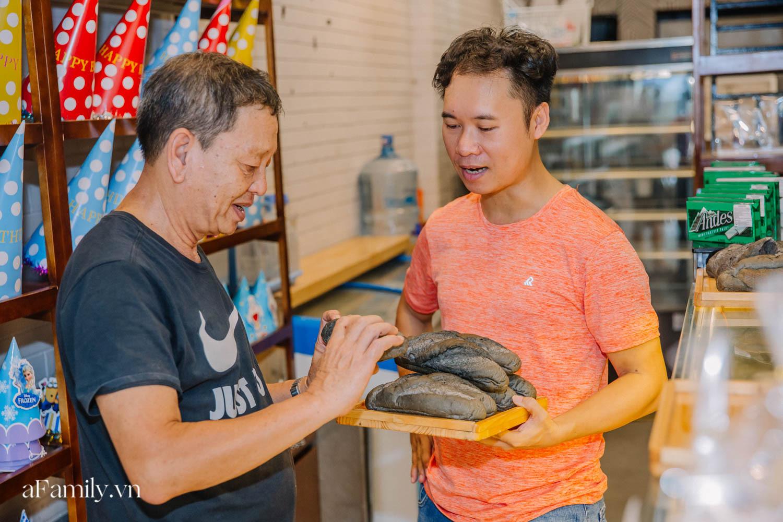"""Bánh mì đen đang """"gây bão"""" bất ngờ xuất hiện tại Hà Nội, hút khách đến độ mới mẻ đầu tiên đã hết bay trong vài giờ mở bán - Ảnh 10."""