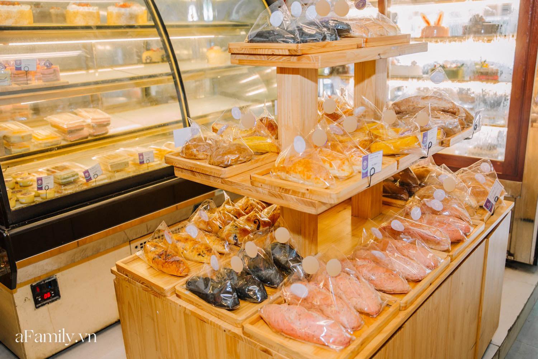 """Bánh mì đen đang """"gây bão"""" bất ngờ xuất hiện tại Hà Nội, hút khách đến độ mới mẻ đầu tiên đã hết bay trong vài giờ mở bán - Ảnh 12."""