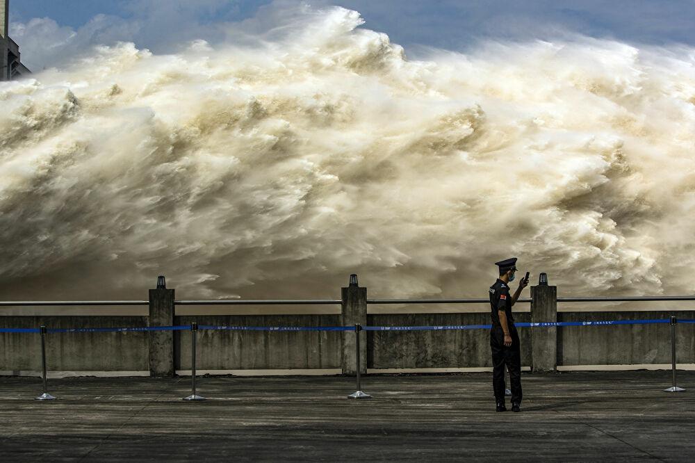7 ngày qua ảnh: Cảnh tượng đập thủy điện khổng lồ xả lũ ở Trung Quốc - Ảnh 2.