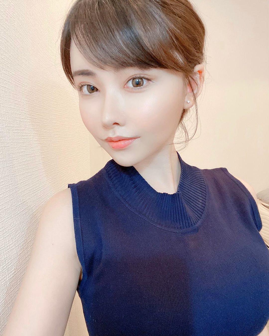 Eimi Fukada đối đầu Yua Mikami: Khi cuộc chiến không chỉ nằm trên kệ đĩa - Ảnh 4.
