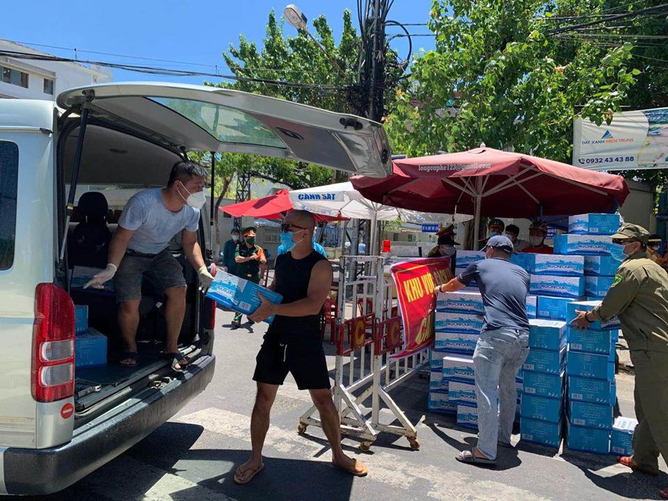 Tình người trong lúc khó khăn vì Covid-19 ở Đà Nẵng: Phát mì tôm dọc đường cho sinh viên, đưa nước miễn phí vào bệnh viện C - Ảnh 3.