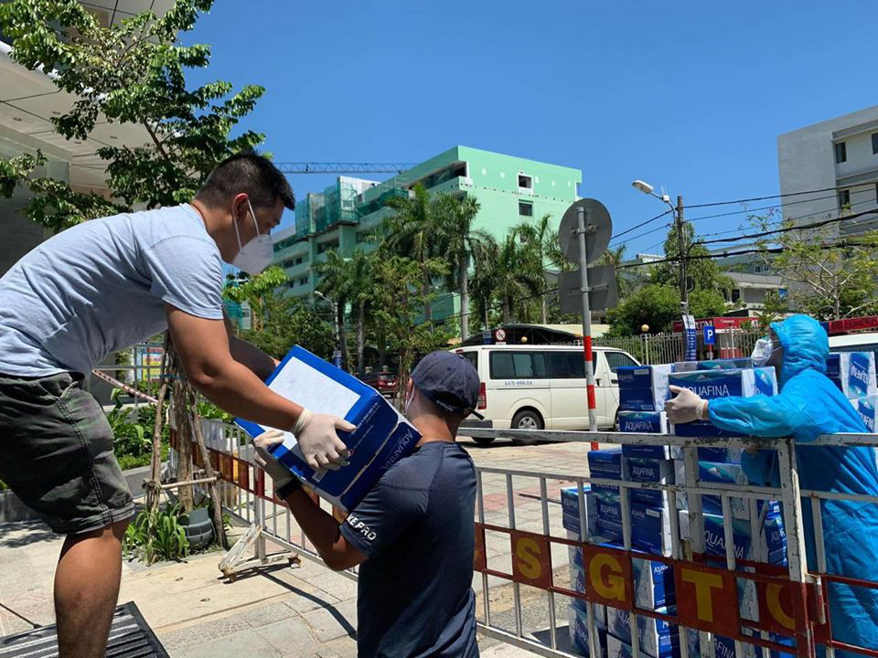 Tình người trong lúc khó khăn vì Covid-19 ở Đà Nẵng: Phát mì tôm dọc đường cho sinh viên, đưa nước miễn phí vào bệnh viện C - Ảnh 4.
