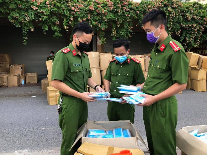 Hà Đông (Hà Nội): Thu giữ hơn 800 nghìn khẩu trang không nguồn gốc xuất xứ - Ảnh 3.