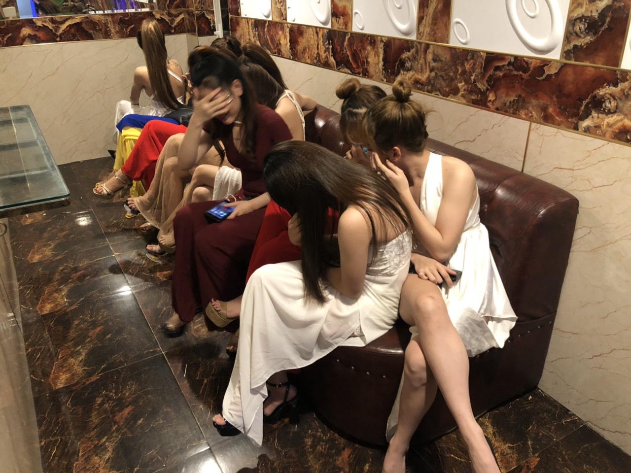 Gần 90 dân chơi dương tính với ma tuý trong quán karaoke ở Sài Gòn - Ảnh 3.