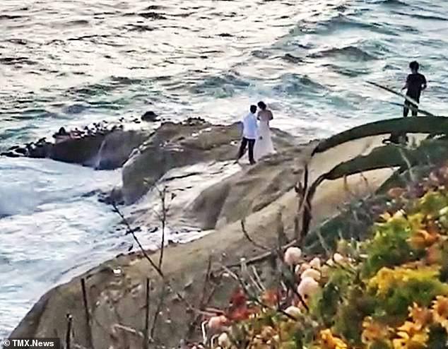 Ra bãi biển chụp ảnh cưới, cô dâu chú rể bị sóng cuốn phăng ra biển, khoảnh khắc con sóng lớn ập đến mọi người thót tim - Ảnh 2.