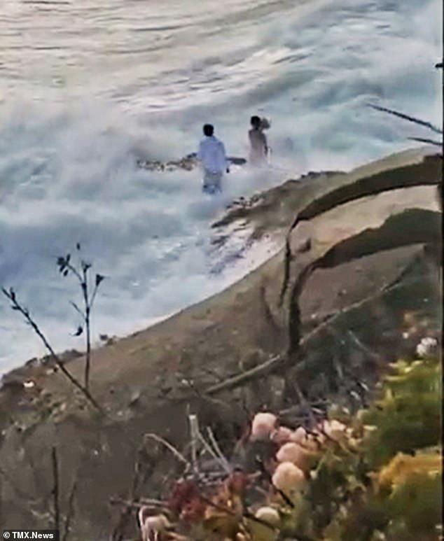 Ra bãi biển chụp ảnh cưới, cô dâu chú rể bị sóng cuốn phăng ra biển, khoảnh khắc con sóng lớn ập đến mọi người thót tim - Ảnh 3.