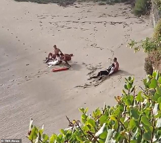 Ra bãi biển chụp ảnh cưới, cô dâu chú rể bị sóng cuốn phăng ra biển, khoảnh khắc con sóng lớn ập đến mọi người thót tim - Ảnh 6.
