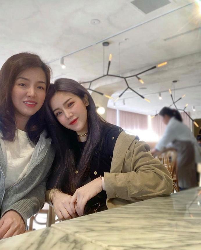 """""""Em gái mỹ nhân"""" của Ông Cao Thắng bất ngờ chia sẻ ảnh chụp cùng chị gái kín tiếng, nhan sắc người chị ruột khiến ai cũng trầm trồ - Ảnh 1."""