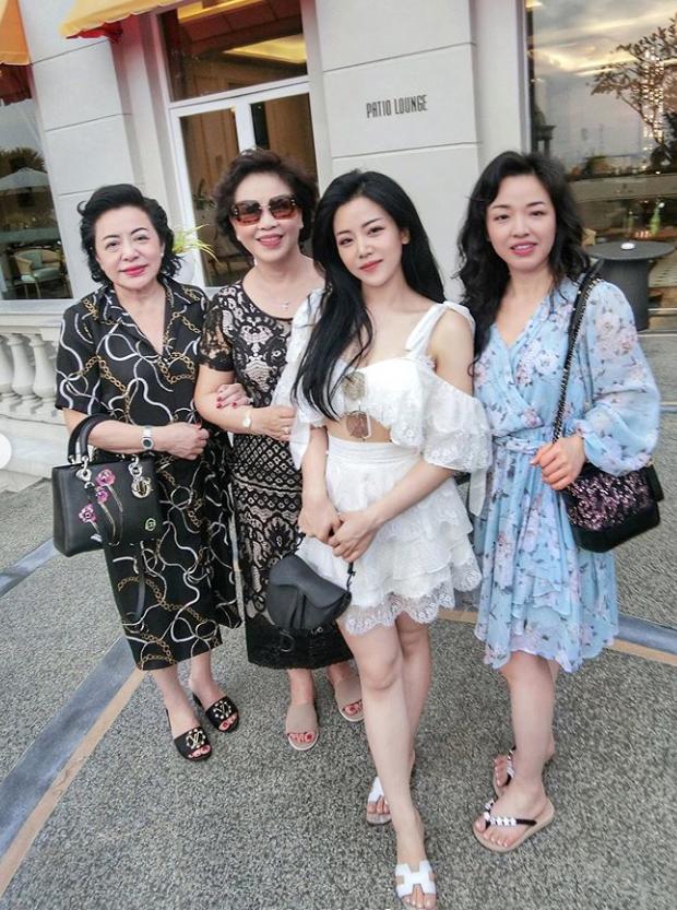 """""""Em gái mỹ nhân"""" của Ông Cao Thắng bất ngờ chia sẻ ảnh chụp cùng chị gái kín tiếng, nhan sắc người chị ruột khiến ai cũng trầm trồ - Ảnh 2."""