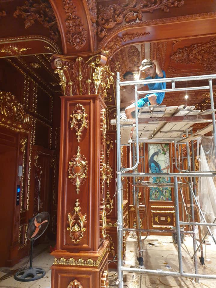Hé lộ 1 góc nội thất lâu đài đại gia Hà Nội, chỉ phần ốp gỗ mạ vàng đã thấy quy mô khủng - Ảnh 1.