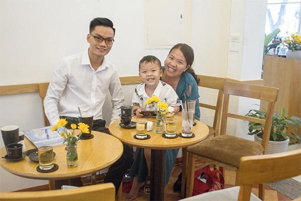 """Mẹ của cậu bé 18 tháng không nói tiếng Việt mà đòi giao tiếp bằng tiếng Anh: """"Hai mẹ con tôi từng ôm nhau khóc vì không thể hiểu ngôn ngữ của nhau"""" - Ảnh 1."""