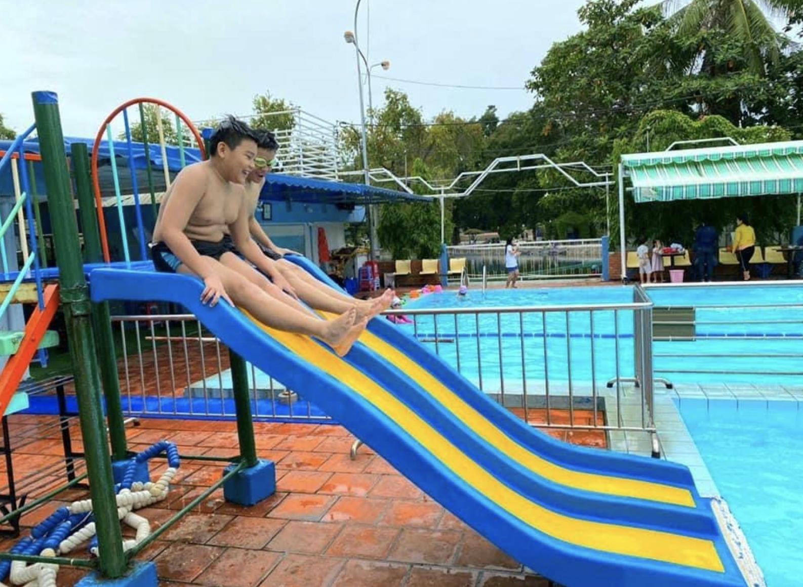 Có một lớp dạy bơi miễn phí cho trẻ em cơ nhỡ giữa lòng Sài Gòn, nơi đầy ắp tiếng cười và tình thương - Ảnh 8.