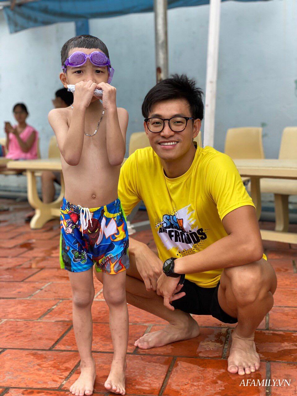 Có một lớp dạy bơi miễn phí cho trẻ em cơ nhỡ giữa lòng Sài Gòn, nơi đầy ắp tiếng cười và tình thương - Ảnh 5.