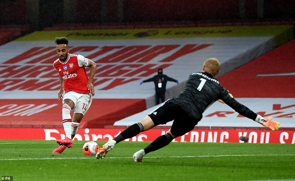 Man United tiến sát vé dự Champions League; Ronaldo thua muối mặt trong đại chiến với Ibra - Ảnh 1.