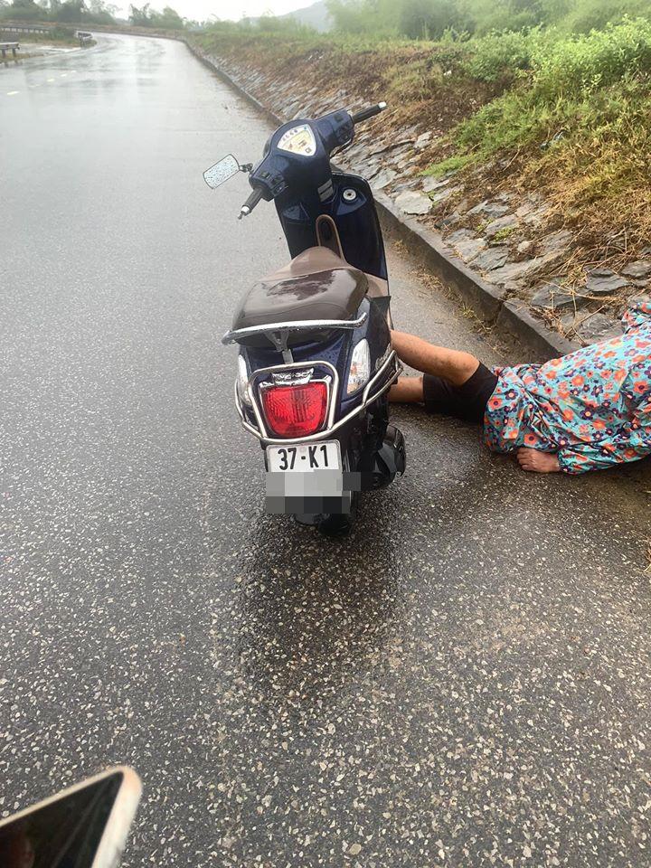 Người đàn ông say mèm dựng xe giữa đường, nằm gác đầu lên đê ngủ bất chấp sự đời - Ảnh 2.