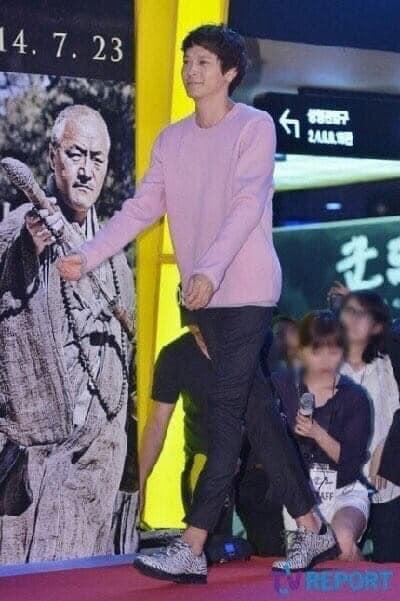 """Nhìn dáng đi nhí nhảnh hết cỡ thế này, ai nghĩ được mỹ nam """"Bán Đảo Peninsula"""" Kang Dong Won chuẩn bị bước sang tuổi 40 - Ảnh 3."""