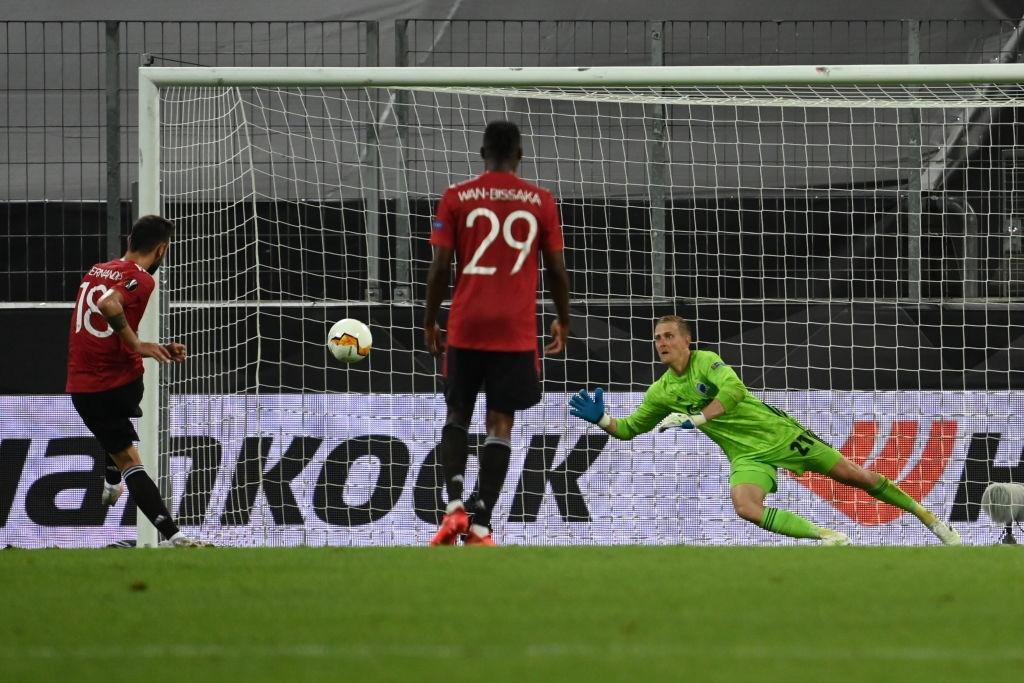 Tình huống Bruno Fernandes bất ngờ bỏ thói quen sút penalty để đánh lừa thủ môn Copenhagen - Ảnh 3.