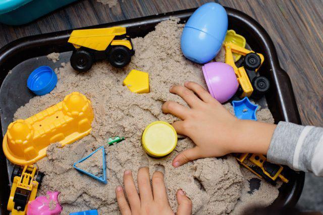 Muốn con sau này thông minh giỏi giang, cha mẹ hãy cho con chơi 3 trò chơi kích thích giác quan ngay từ khi còn bé - Ảnh 1.