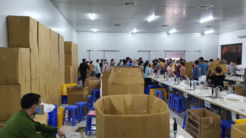 Hà Nội: Thu giữ hàng chục nghìn chiếc khẩu trang tại cơ sở sản xuất không rõ nguồn gốc - Ảnh 1.
