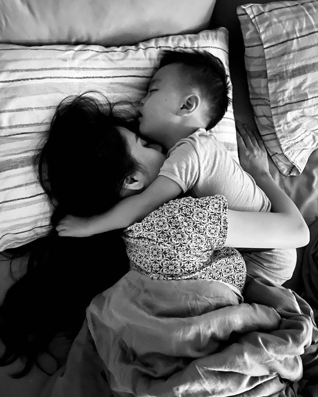 """Kiều Oanh kể chuyện bị con đạp, gác chân lúc ngủ nhưng đều tha thứ hết khi nghe con nói """"yêu mẹ""""."""