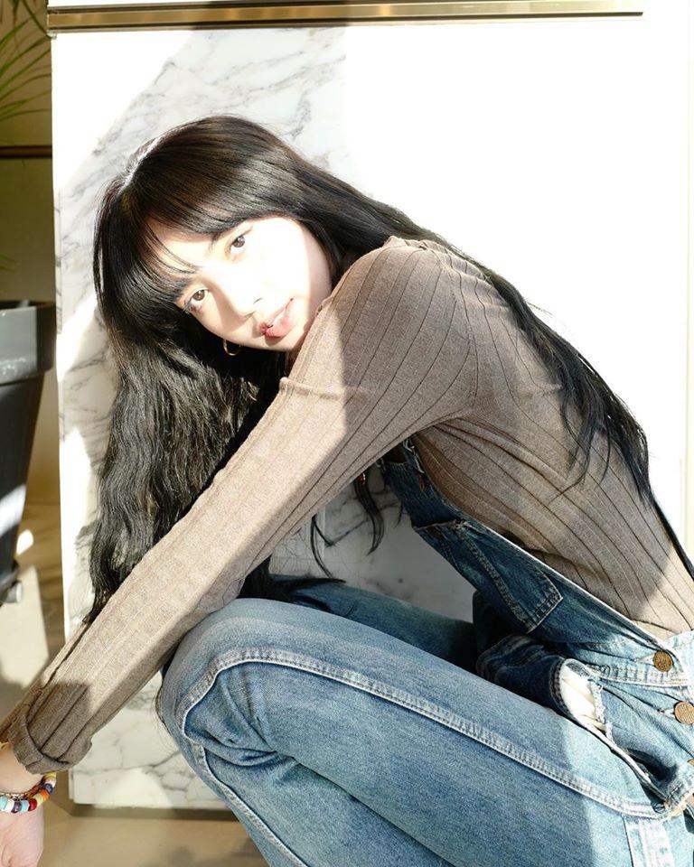 Vừa tung bộ ảnh sinh nhật, Lisa (BLACKPINK) đã khiến 3 triệu người ngất ngây vì vẻ đẹp nữ tính: Nhìn là muốn yêu luôn! - Ảnh 3.