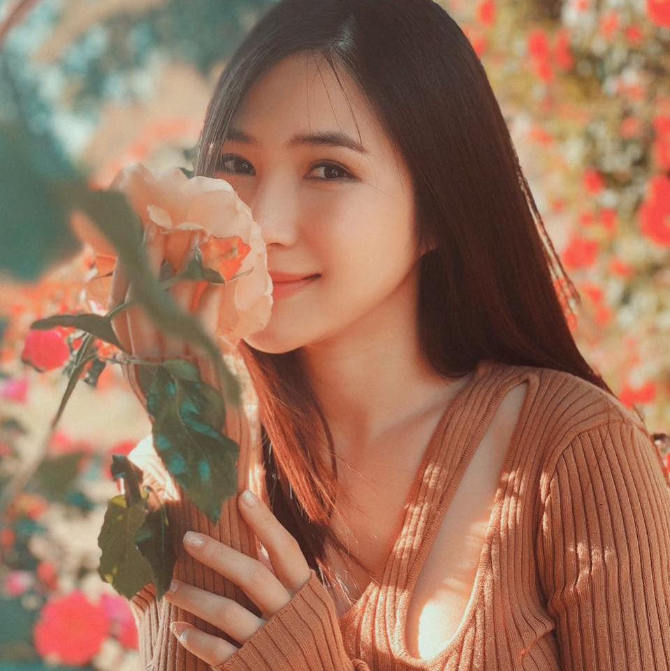 """Hương Tràm viết: """"Cả thế giới đang đi tìm cô gái tốt. Em giật mình bỏ trốn sau nhành bông vì sợ… họ tìm ra em""""."""