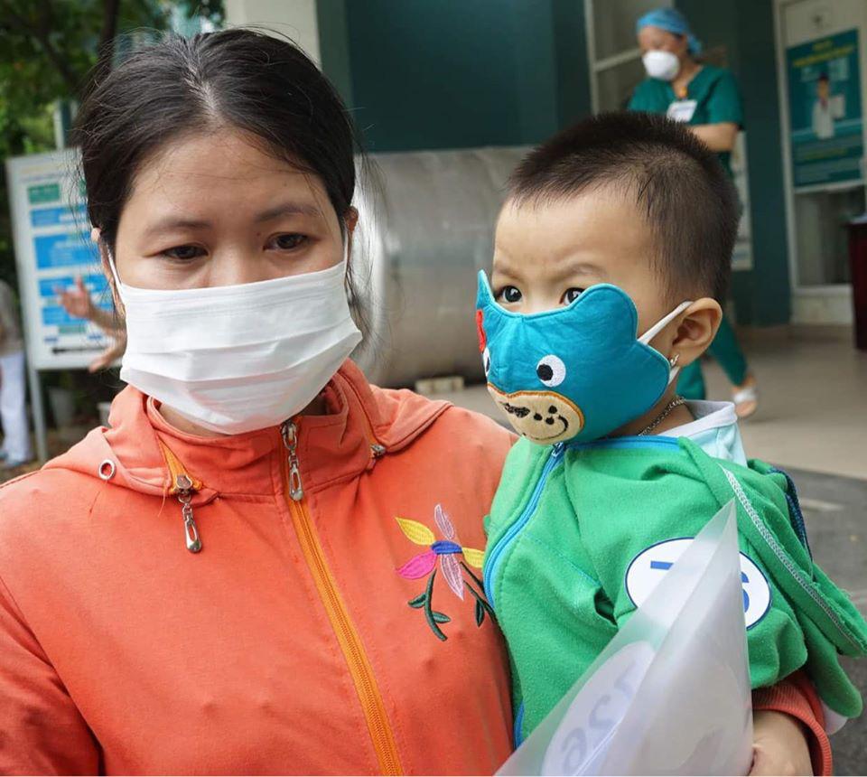 Người mẹ hạnh phúc ôm đứa con hơn 1 tuổi khỏi bệnh