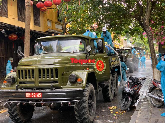 Bộ Quốc phòng vào cuộc, phố cổ Hội An được phun thuốc khử khuẩn chống Covid-19 - Ảnh 7.