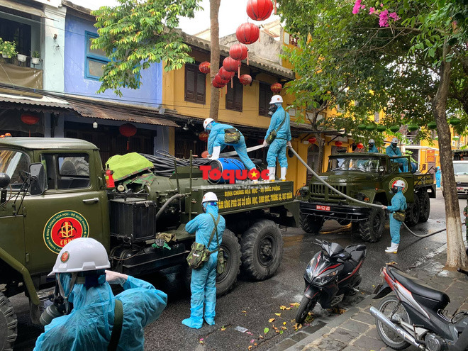 Bộ Quốc phòng vào cuộc, phố cổ Hội An được phun thuốc khử khuẩn chống Covid-19 - Ảnh 4.