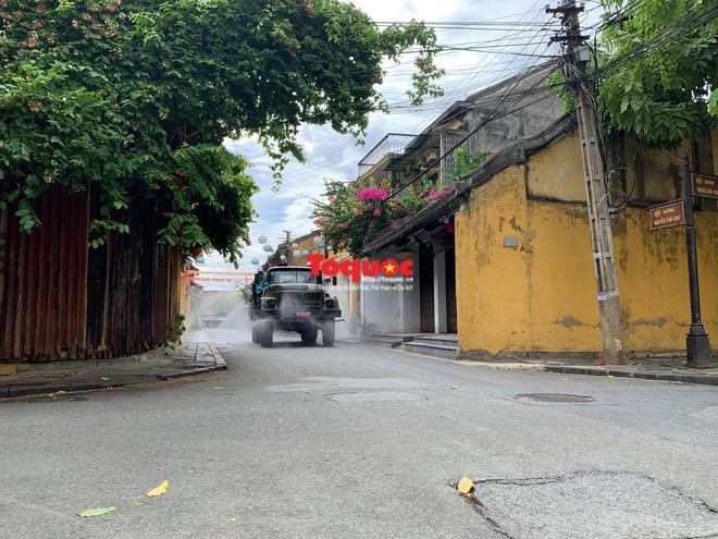 Bộ Quốc phòng vào cuộc, phố cổ Hội An được phun thuốc khử khuẩn chống Covid-19 - Ảnh 8.
