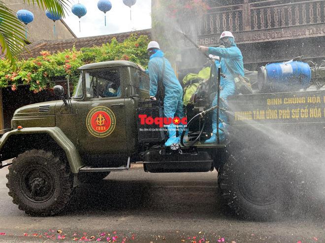 Bộ Quốc phòng vào cuộc, phố cổ Hội An được phun thuốc khử khuẩn chống Covid-19 - Ảnh 5.