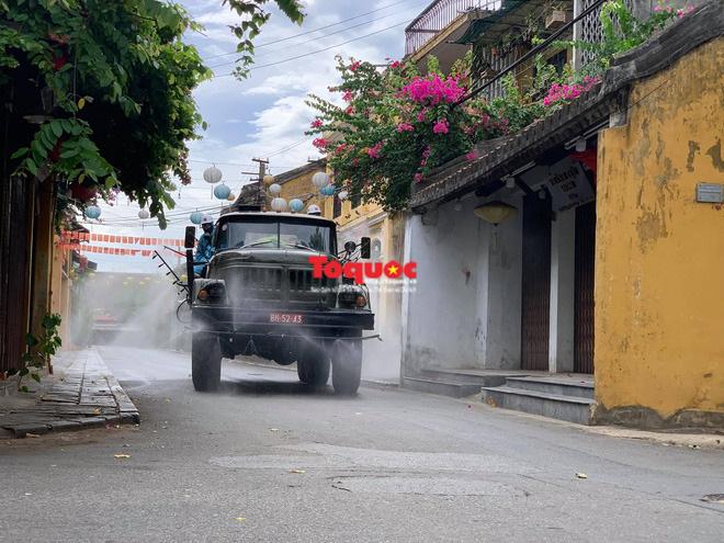 Bộ Quốc phòng vào cuộc, phố cổ Hội An được phun thuốc khử khuẩn chống Covid-19 - Ảnh 9.
