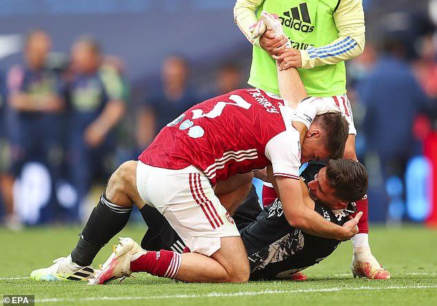 Tình huống hy hữu: Thủ môn Arsenal dùng tay ngoài vòng cấm nhưng vẫn đúng luật, theo VAR - Ảnh 3.
