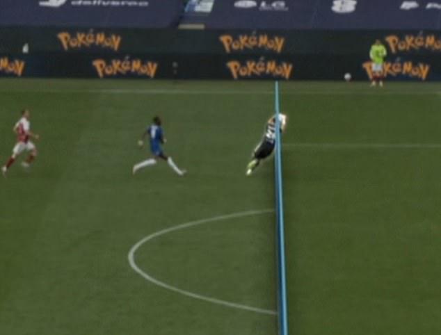 Tình huống hy hữu: Thủ môn Arsenal dùng tay ngoài vòng cấm nhưng vẫn đúng luật, theo VAR - Ảnh 1.