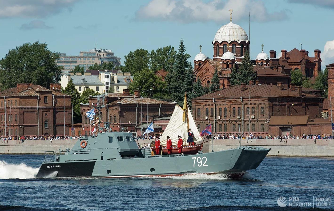 Chiêm ngưỡng 250 tàu chiến khủng của Nga trong lễ duyệt binh mừng ngày hải quân - Ảnh 2.