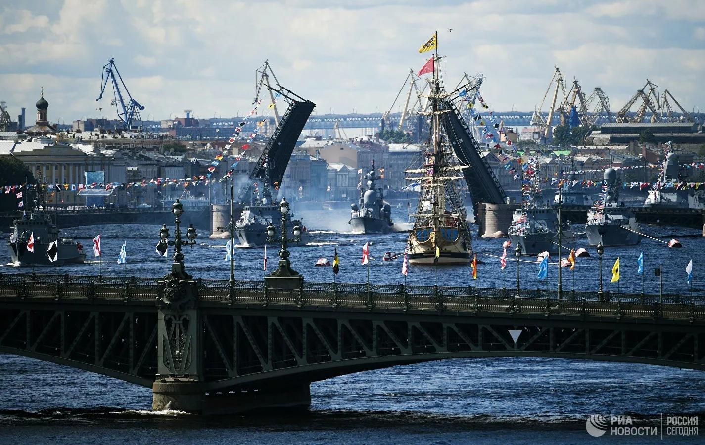 Chiêm ngưỡng 250 tàu chiến khủng của Nga trong lễ duyệt binh mừng ngày hải quân - Ảnh 1.