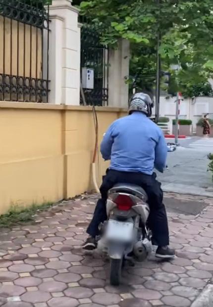 """Cộng đồng mạng kiến quyết tìm cho bằng được người đàn ông chạy xe máy """"sờ đùi"""" các cô gái trên đường phố Hà Nội - Ảnh 1."""