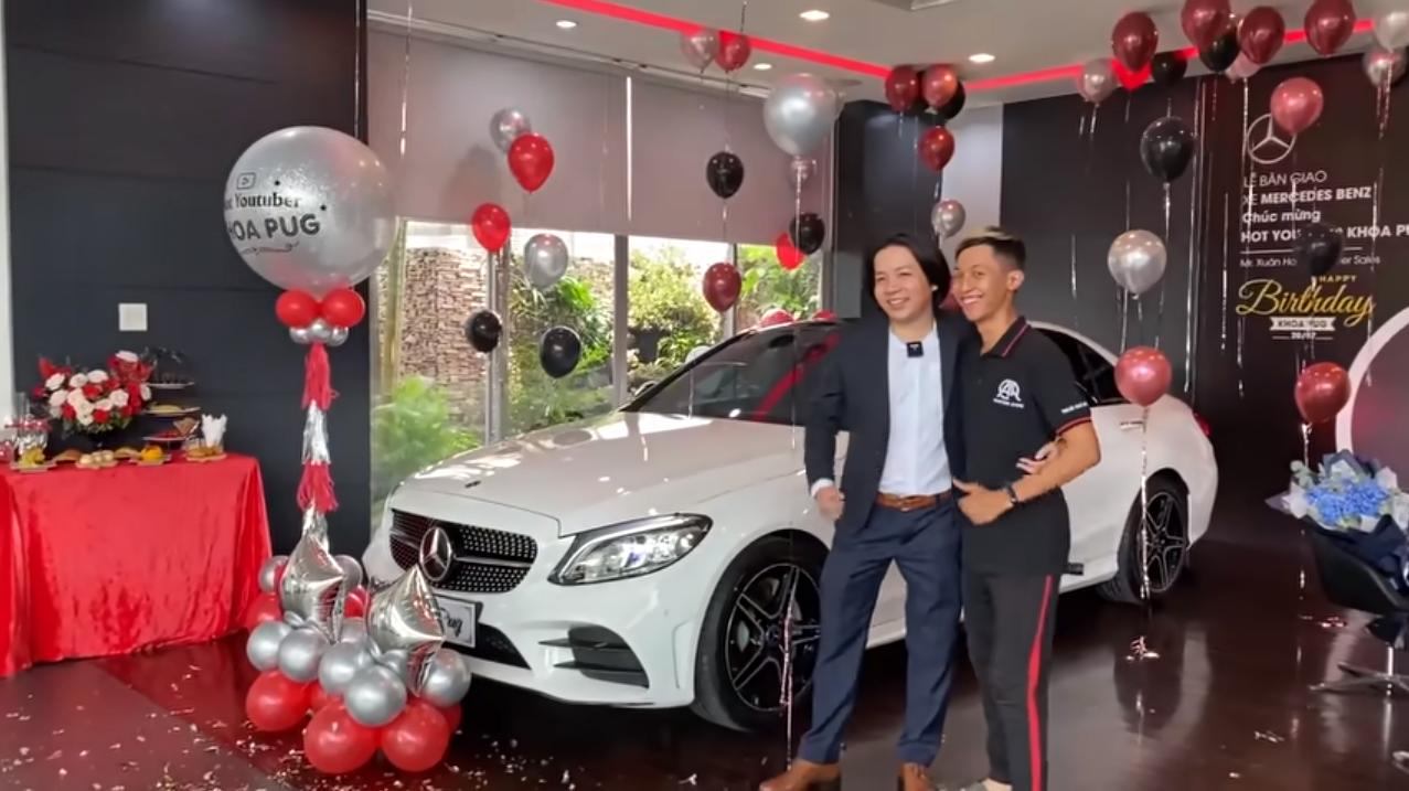Hết sắm xe Mercedes 2 tỷ mừng sinh nhật, Khoa Pug chơi lớn rửa xe bằng bữa ăn 10 triệu trên Landmark 81 - Ảnh 2.
