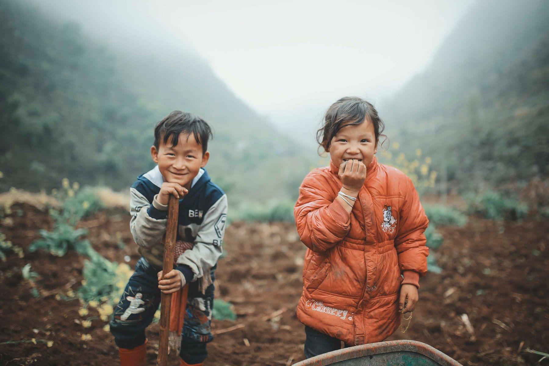 2 bé HMông cặm cụi cuốc đất, gieo hạt phụ bố mẹ và nụ cười khiến bao người tan chảy - Ảnh 2.