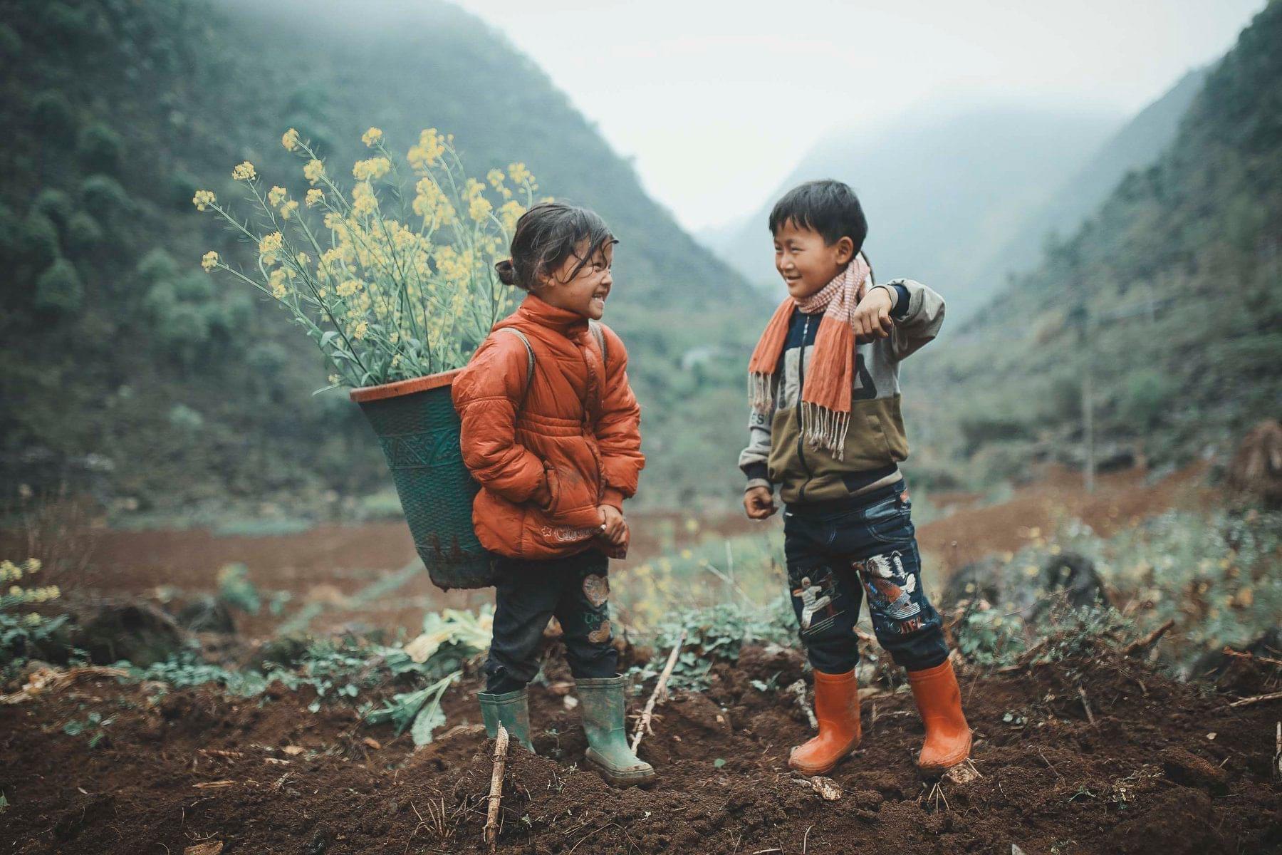 2 bé HMông cặm cụi cuốc đất, gieo hạt phụ bố mẹ và nụ cười khiến bao người tan chảy - Ảnh 1.