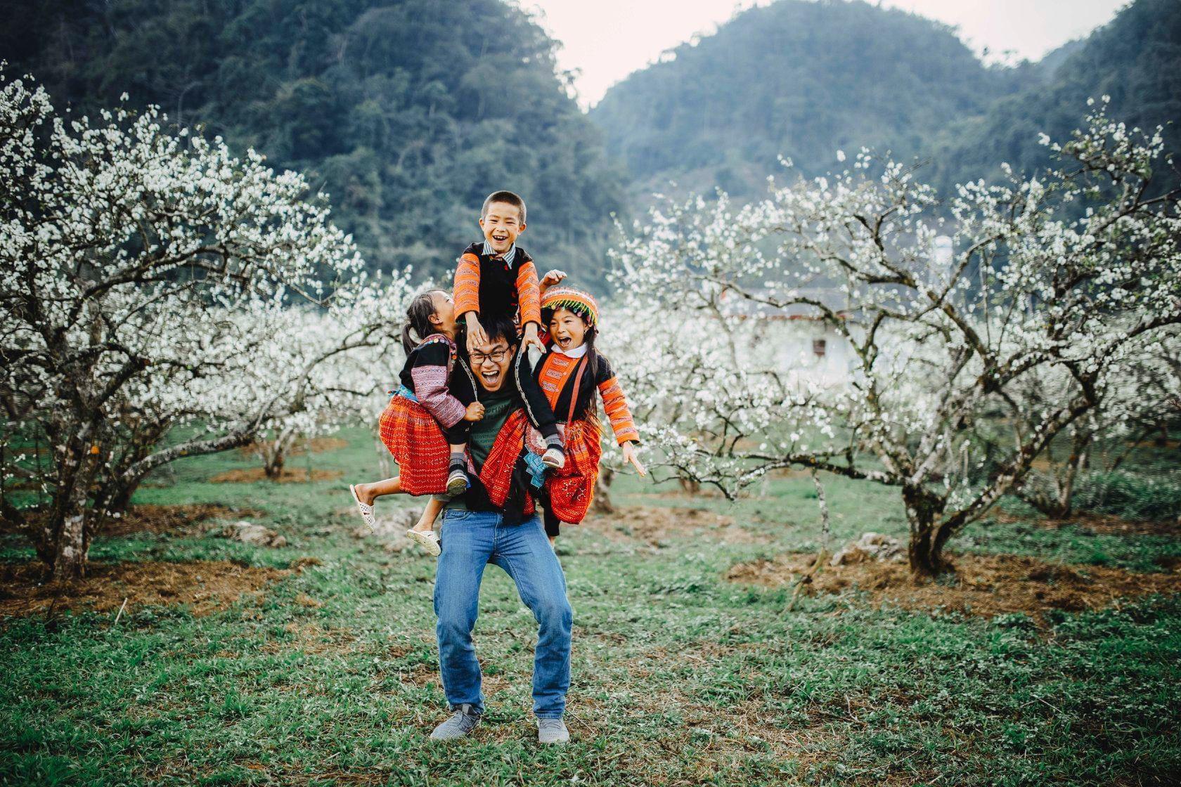 2 bé HMông cặm cụi cuốc đất, gieo hạt phụ bố mẹ và nụ cười khiến bao người tan chảy - Ảnh 5.
