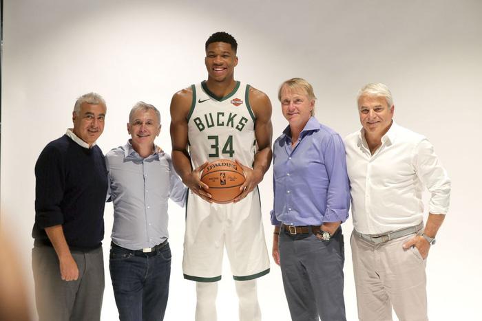 Giannis Antetokounmpo muốn gắn bó cùng Milwaukee Bucks tới hết sự nghiệp? - Ảnh 4.